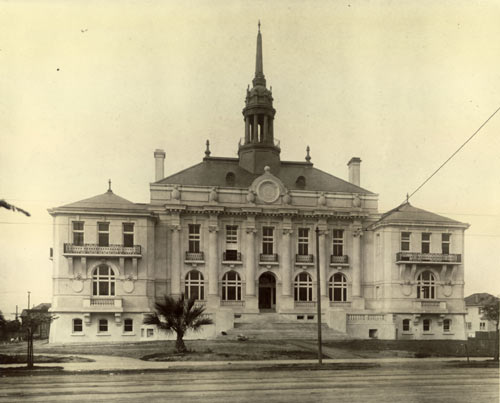 Berkeley City Hall, designed by Bakewell & Brown, shortly after its completion in 1909.