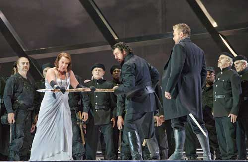 Nina Stemme (Brünnhilde), Andrea Silvestrelli (Hagen) and Ian Storey (Siegfried) with members of the San Francisco Opera chorus.