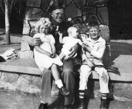 Erling Horn with his children Maggie, Erling, Jr. and Arthur in El Paso, Texas, 1944.